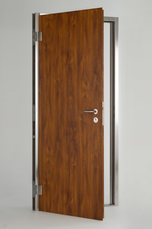 WE15, wood effect steel door door leaf in Medium Oak wood effect steel, with mortice lock, stainless steel lever handles and adjustable hinges. WE15 frame and threshold in brushed stainless steel. Other options are available.